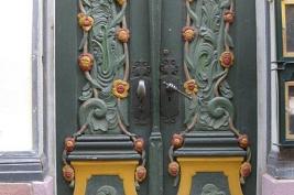 Tür mit gelben Ornamenten
