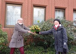 Übergabe Blumenstrauss von Frau Dierking