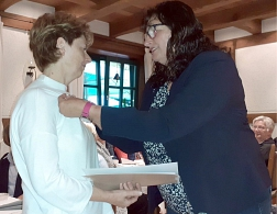 Regina Kemker bekommt die Silberne Biene von Marita Eschenhorst