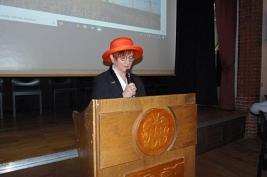 Christa Knipping mit Hut bei der Begrüßung