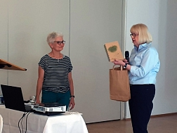 Frau Gerdes (rechts) bedankt sich bei Frau Heeren
